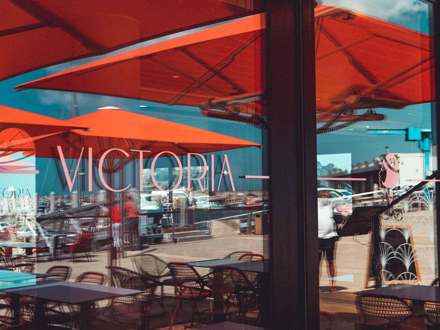 Conception de la vitrophanie du restaurant - Agence de communication Le Studio A
