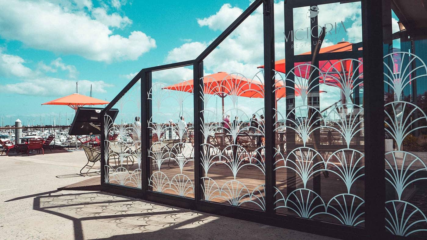 Vitrophanie d'un restaurant de bord de mer - Bretagne